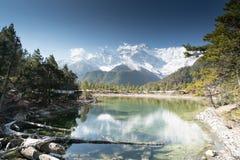 Lago en frente en el circuito de Annapurna Imagenes de archivo