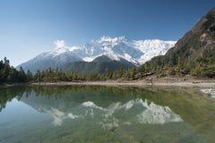 Lago en frente en el circuito de Annapurna Imagen de archivo libre de regalías