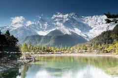 Lago en frente en el circuito de Annapurna Foto de archivo