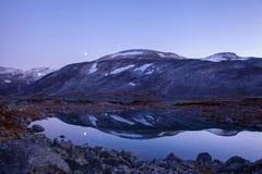 Lago en Gamle Strynefjellsvegen, camino turístico nacional, Noruega Imagen de archivo libre de regalías