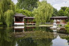 Lago en jardín chino Fotos de archivo