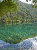 Lago en Jiuzhaigou, China mirror Imágenes de archivo libres de regalías