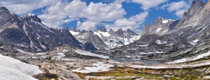 Lago en la gama de Wind River, Rocky Mountains, Wyoming, visiones island desde hacer excursionismo la pista de senderismo al lava Fotos de archivo