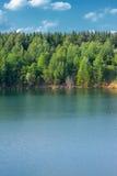 Lago en la mina a cielo abierto de madera Imagenes de archivo