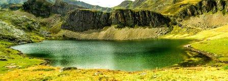 Lago en la montaña Fotografía de archivo