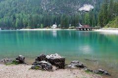 Lago en la montaña de Italia - Lago di Braies Fotos de archivo
