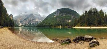Lago en la montaña de Italia - Lago di Braies en montañas de las montañas Foto de archivo