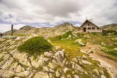 Lago en la montaña de Pirin imagenes de archivo