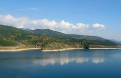 Lago en la montaña vieja   Foto de archivo