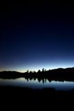 Lago en la noche fotos de archivo