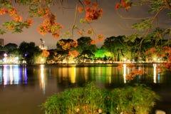 Lago en la noche, Hanoi Vietnam Hoan Kiem foto de archivo libre de regalías