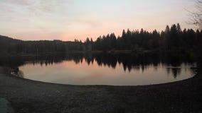 Lago en la oscuridad fotos de archivo