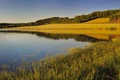 Lago en la puesta del sol Fotos de archivo libres de regalías