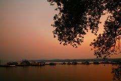 Lago en la puesta del sol Fotografía de archivo