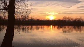 Lago en la puesta del sol almacen de video