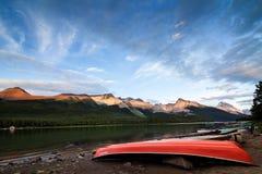 Lago en la puesta del sol - barcos rojos Maligne en el jaspe NP, Canadá Fotos de archivo libres de regalías