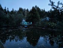 Lago en la puesta del sol fotos de archivo