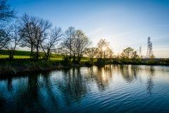 Lago en la puesta del sol, en el parque de Stansbury, en Dundalk, Maryland Fotos de archivo