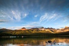 Lago en la puesta del sol - jaspe NP, Canadá Maligne Imagen de archivo libre de regalías