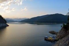 Lago en la puesta del sol, montañas de Fagaras, Rumania Vidraru fotografía de archivo libre de regalías