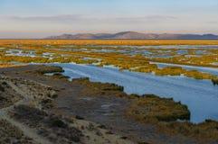 Lago en la puesta del sol, Perú Titicaca fotografía de archivo