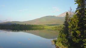 Lago en la salida del sol, Alberta, Canadá pyramid almacen de video