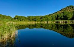 Lago en las montañas Imágenes de archivo libres de regalías