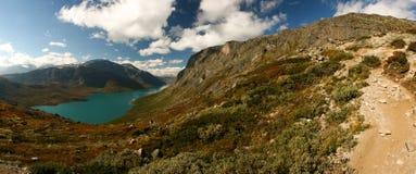 Lago en las montañas Fotografía de archivo libre de regalías