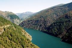 Lago en las montañas Foto de archivo