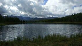 Lago en las montañas de Altai almacen de metraje de vídeo