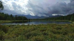 Lago en las montañas de Altai almacen de video