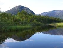 Lago en las montañas de Khibini Fotos de archivo