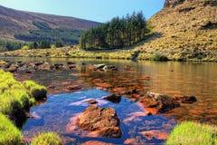 Lago en las montañas de la península en Irlanda. Foto de archivo libre de regalías