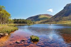 Lago en las montañas de la península en Irlanda. Imagen de archivo
