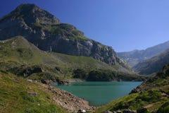 Lago en las montañas de Pyrenees imagenes de archivo