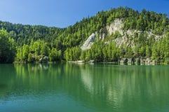 Lago en las rocas de Adrspach-Teplice Foto de archivo libre de regalías