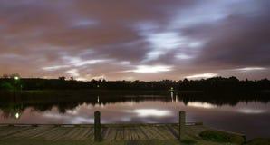 Lago en luz fresca de la tarde fotos de archivo