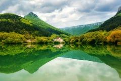Lago en montaña. Foto de archivo libre de regalías
