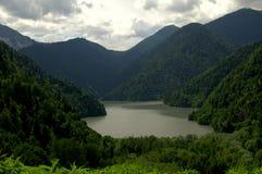 Lago en montañas fotografía de archivo