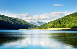 Lago en montañas Foto de archivo