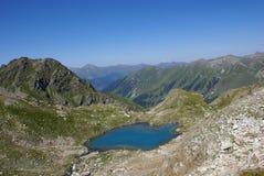 Lago en montañas imagenes de archivo