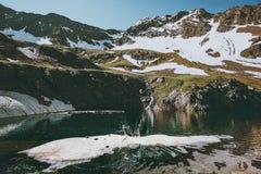 Lago en montañas con paisaje del chapoteo del agua Fotografía de archivo