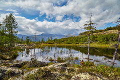 Lago en montañas kolyma imagen de archivo