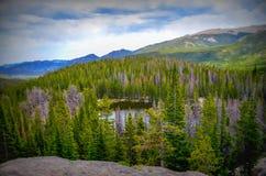 Lago en montañas rocosas Fotos de archivo libres de regalías