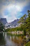 Lago en montañas rocosas Fotos de archivo