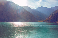 Lago en montañas Foto de archivo libre de regalías