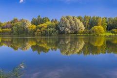 Lago en otoño temprano Foto de archivo libre de regalías