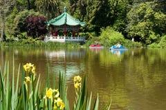Lago en parque con los barcos del pedal Imagen de archivo