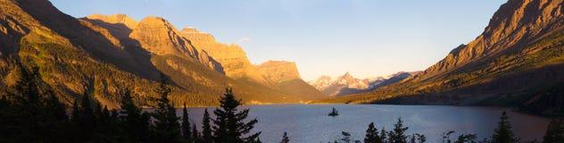 Lago en Parque Nacional Glacier imagenes de archivo