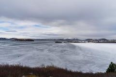 Lago en parte congelado en las montañas Imágenes de archivo libres de regalías